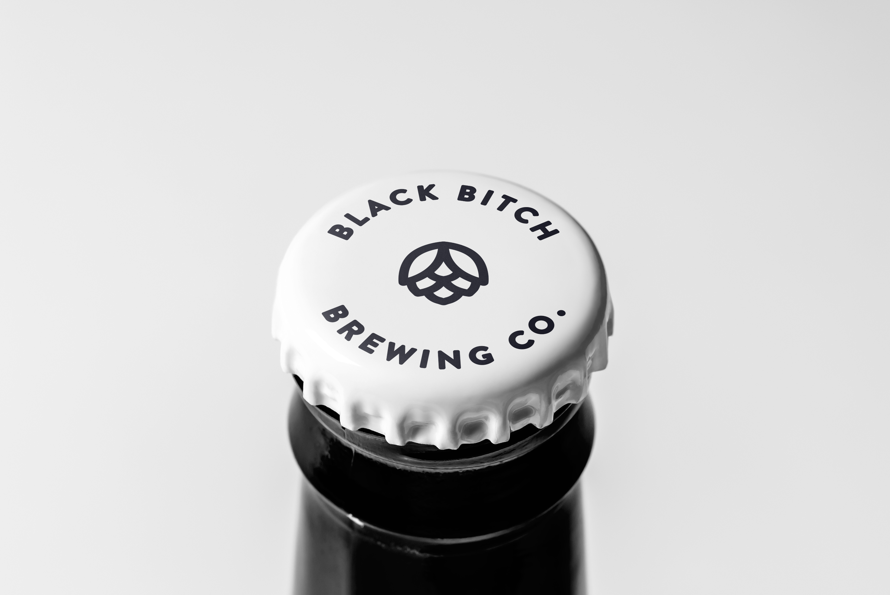Angry-Bitch-etiqueta-diseño-santander-rafa-san-emeterio-black-white-packaging-illustration-zombi-terror-cap-bottle